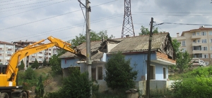 İzmit'te 2 harabe bina yıkıldı