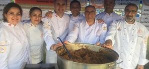 Adanalı aşçılar demokrasi nöbetinde helva dağıttı