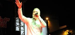 """Ünlü sanatçı Arif Nazım Çorumlularla buluştu Hürriyet meydanında konser veren Arif Nazım: """"Cumhurbaşkanımız, maskeli beşlerin otağında 'dünya sizden ibaret değil' dedi, 15 Temmuz ondan sonra geldi"""""""