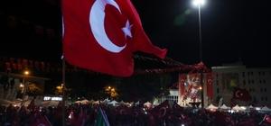 """Vali Çakacak'tan vatandaşlara 15 Temmuz teşekkürü Sabah namazına kadar Valilik Meydanında vatandaşlarla birlikte olan Çakacak; """"Diriliş Destanı yüzlerce, binlerce yıl sonra bile unutulmayacaktır"""""""