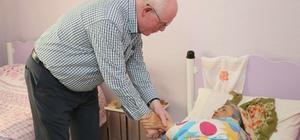 Odunpazarı'nın hasta ve yaşlılar için çalışmaları Başkan Kurt, 85 yaşındaki ülzheimer hastası Dursun Kahyalı'yı ziyaret etti