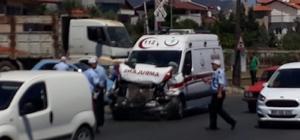 Vakaya giden 112 ambulansı kaza yaptı 2 kişi yaralandı Yaralanan 112 görevlileri meslektaşları tarafından hastaneye kaldırıldı