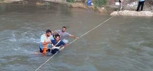 Piknikçiler yükselen çay suyunda mahsur kaldı İtfaiye ekipleri mahsur kalanları halatlarla kurtardı