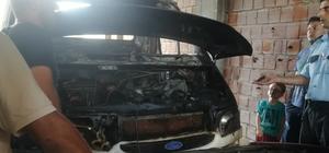 Depoda park halinde bulunan iki araç yandı