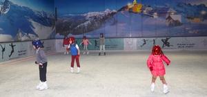 Çocukların buz pistinde keyifli eğitimi