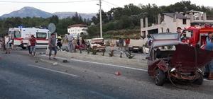 Kaza yapan otomobil ikiye bölündü: 4 yaralı