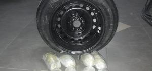 Kahramanmaraş'ta uyuşturucu operasyonu Otomobilin stepnesine gizlenmiş 3 kilo 950 gram esrar ele geçirildi