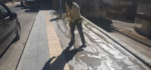 Yenişehir'de kaldırımlara bazalt taşı döşeniyor