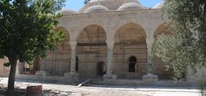 Laal Paşa Camii'nde restorasyon durdu Mersin'de 2 aydır çalışma olmadığı için harabe görüntüsüne bürünen caminin tarihi avizesi de rastgele bir kenara atıldı