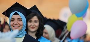 """ESOGÜ mezunlarını geleceğe uğurladı ESOGÜ öğrencilerinden duygulandıran hareket ESOGÜ Rektörü Kemal Şenocak: """"Eskişehir Osmangazi Üniversitesi mezunu olmanın bir ayrıcalık olduğunu mezuniyet sonrasında daha iyi anlayacaksınız"""""""