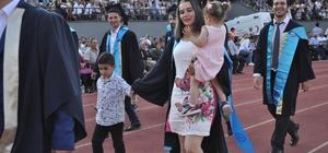 (Özel) İki çocuğuyla mezuniyet coşkusu yaşadı ESOGÜ mezuniyet törenine 2 çocuk annesi mezun damga vurdu Mezuniyetinde çocuklarıyla birlikte yürüdü
