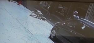 Otomobilin ezdiği yavrusunun başından ayrılmadı Esnafların yaşatmaya çalıştığı yavru kedi kurtarılamadı