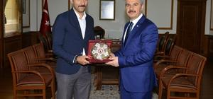 Vali Akın, şehit ailelerinin mektuplarını götüren PTT memurunu tebrik etti