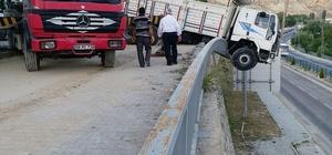 Freni patlayan kamyon istinat duvarında asılı kaldı