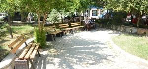Dinar Cumhuriyet Meydanındaki oturma bankları yenilendi
