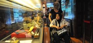 """Bozüyük'te engelsiz müze Bozüyük Belediyesi Şehir Müzesi ve Arşivinde artık engel yok 'Paletli Tekerlekli Sandalye' uygulaması hayata geçirildi, """"QR"""" kod uygulaması ile de yabancı turistlerin bilgi almaları kolaylaştırıldı"""