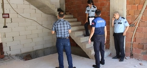 Denizli'de sokak köpeği inşaatta asılı halde bulundu