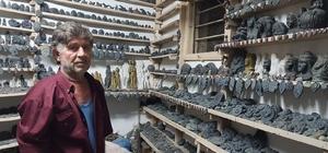 Çakıyla taşı sanata dönüştürüyor Osmaniye'de 60 yaşındaki Süleyman Akkaya, dere yatağından topladığı taşlardan yaptığı 2 bin adet bibloyu köy evinde sergiliyor