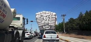 Diyarbakır'da saman yüklü kamyonlar tehlike saçıyor