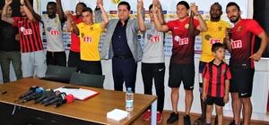 """Eskişehirspor'dan imza şov 8 oyuncuyla sözleşme imzalandı Eskişehirspor Başkanı Halil Ünal; """"İnşallah forvet konusunda da sizlere müjdeli haberler vereceğiz"""""""