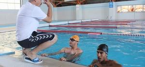 Engelliler yüzmeyi eğlenerek öğreniyor Kurslara katılan zihinsel, bedensel ve işitme engelliler yüzmeyi eğlenerek öğreniyor
