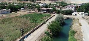 Su kanallarında güvenlik alınmamasına tepki Köylüler su kanallarının güvenliğinin arttırılmasını istiyor Diyarbakır'da son bir ayda 7 kişi su kanallarında akıntıya kapılıp hayatını kaybetti Hayatını kaybedenlerin dengelerini kaybedip düşmesi sonucu boğulmalarının ardından köy sakinleri, kanalların etrafının kapatılması için toplandı Vatandaşlar, evlerinin önünden geçen ve herhangi bir önlemin alınmadığı kanalların etrafının kapatılması için yetkililere seslendi