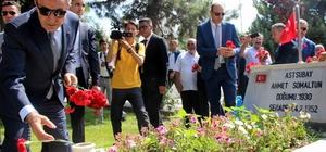 Milli Savunma Bakanı Akar Kayseri'de hava şehitliğini ziyaret etti