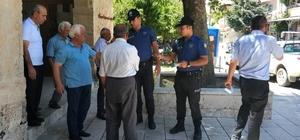 Polis vatandaşa soğuk limonata ikram etti