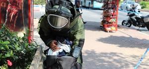 Antalya'da şüpheli çanta alarmı Antalya'da bir park yanındaki büfenin arkasına bırakılan siyah çanta polisi alarma geçirdi Bomba imha uzmanın tarafından incelenen çantadan giysi çıktı Bir kadının o anları cep telefonuyla görüntülemesi dikkat çekti