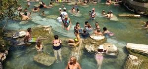 2 bin 500 yıllık antik havuz turistle doluyor Hierapolis Antik Havuz'u turistle doluyor