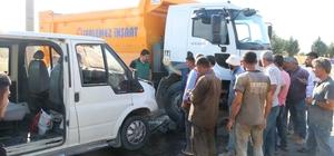 Hafriyat kamyonu ile işçi servisi çarpıştı: 5 yaralı