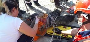 30 metrelik çukura düşen inşaat işçisini itfaiye kurtardı İtfaiye eri vinç ve halat yardımı ile indiği kuyudan mahsur kalan işçiyi çıkardı