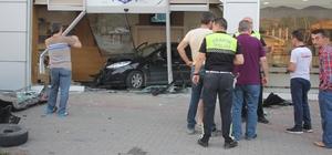 Kontrolden çıkan otomobil pişmaniye dükkanına girdi,  müşteriler ölümden döndü Sürücüsünün direksiyon hakimiyetini kaybettiği otomobil park halindeki 2 araca çarparak pişmaniye dükkanına girdi