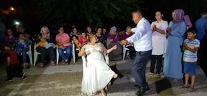 """Kaçarak evlendi, 18 yıl sonra düğün yaptı Sevdiği Saniye Eser'i, """"Yemeğe gideceğiz"""" diyerek köy meydanına çağıran ve araca bindirdikten sonra kaçıran Soner Eser, eşine verdiği düğün sözünü 18 yıl sonra yerine getirdi"""