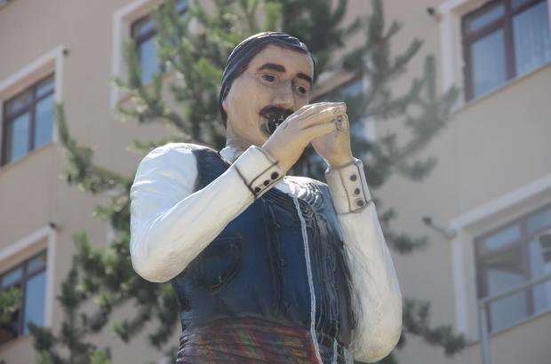 Erzurum'da yaklaşık 3 yıl önce Büyükşehir Belediyesi tarafından yaptırılan yöresel halk oyunlarından bar ekibinin heykelinde davulcunun tokmağı, zurnacının da zurnası çalındı. ile ilgili görsel sonucu