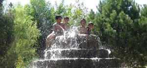 (Özel) Sıcaklara dayanamayan çocuklar süs havuzlarında serinliyor Çocuklar şehir merkezinde süs havuzunda eğleniyor