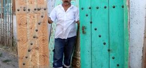 100 liraya alıyor, 5 bin liraya satıyor Sivas'ta ahşap oymacısı Mehmet Dülger, metruk evlerden 50 ile 100 lira arasında satın aldığı kapıları oyma sanatı ile kullanılır hale getirip bin ile 5 bin lira arasında satışa sunuyor