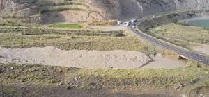 Erzurum'da sağanak sele dönüştü Dolu kar gibi yolları beyaza bürüdü