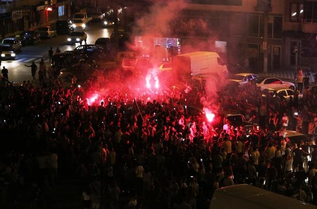 Akhisar'da Süper Kupa coşkusu Akhisarspor'un Galatasaray'ı mağlup ederek tarihinde ilk kez TFF Süper Kupa'yı kazanması Akhisarlıları sevince boğdu Yeşil-siyahlı takıma gönül veren taraftarlar maçın bitiş düdüğüyle birlikte sokakları bayram yerine çevirdi