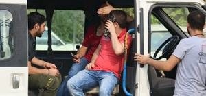 Kaçak göçmen sanıldılar Suriyeli işçi çıktılar Adana'da 3 minibüsteki yaklaşık 30 yabancı uyruklu kişi, üzerinden kimlik çıkmayınca kaçak göçmen sanıldı Whatsapp üzerinden ailelerine kimliklerinin fotoğrafını yollatan göçmenler, kaçak olmadıkları anlaşılınca serbest bırakıldı