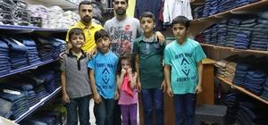 Sur mağduru çocuklara Sur esnafından destek Diyarbakır'ın Sur ilçesinde yaşanan olaylardan etkilenen çocukların bayrama mutlu girmesi sağlandı Sur esnafı, sosyal medya üzerinden gördüğü kampanyaya destek vererek olaylardan zarar görmüş 5 çocuğa bayramlık giysi ve ayakkabı aldı