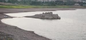 Almus Baraj gölünde su seviyesi düştü Tokat'ın Almus ilçesinde bulunan baraj gölünde su seviyesinde 4 metre düşüşle birlikte kıyı şeridinde yaklaşık 80 metre su çekildi
