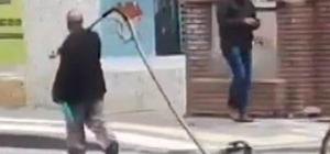Tüm Sivas onu arıyor Sivas'ta sokak ortasında bozuk elektrikli süpürgesini sürükleyerek götüren yaşlı adam yeni süpürge hediye edilmek için her yerde aranıyor