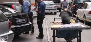 Seyyar satıcıya kanlı infaz Konya'da bir seyyar satıcı borç meselesi yüzünden aralarında husumet olduğu iddia edilen bir kişi tarafından silahla vurularak öldürüldü Silahlı saldırganın ceketinin içerisinden silahını çıkarıp seyyar satıcının arkasından gittiği anlar bir iş yerinin güvenlik kamerasına yansıdı