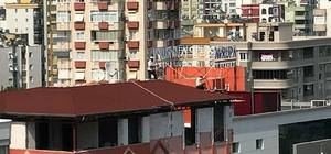 Çatıda 'ölümüne' çalışan işçiler pes dedirtti Hiçbir güvenlik önlemi almadan çatının ucunda çalışan işçileri görenlerin yüreği ağzına geldi