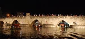 Tarihi köprüde üzerinde 50 kişilik organizasyonla evlilik teklifi