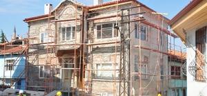 """Tarihi Odunpazarı'nda restorasyon çalışmaları devam ediyor Belediye Başkanı Kazım Kurt: """"Odunpazarı'nda daha sağlam, sağlıklı ve estetik evlerde yaşanmasını istiyoruz"""""""