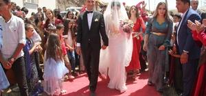 Yüksekovalı avukat çifte renkli kır düğünü