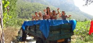 Köy çocuklarının traktör havuzunda seyyar serinlik keyfi Denize gidemeyen köy çocukları, havuza dönüştürülen traktör römorkunda ilkel şartlarda elde edilen köpük ve suyla serinliyor
