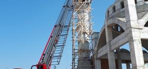 Çalıştığı minarenin içine düşen işçi ağır yaralandı Minarenin içine düşen işçiyi itfaiye merdivenle kurtardı